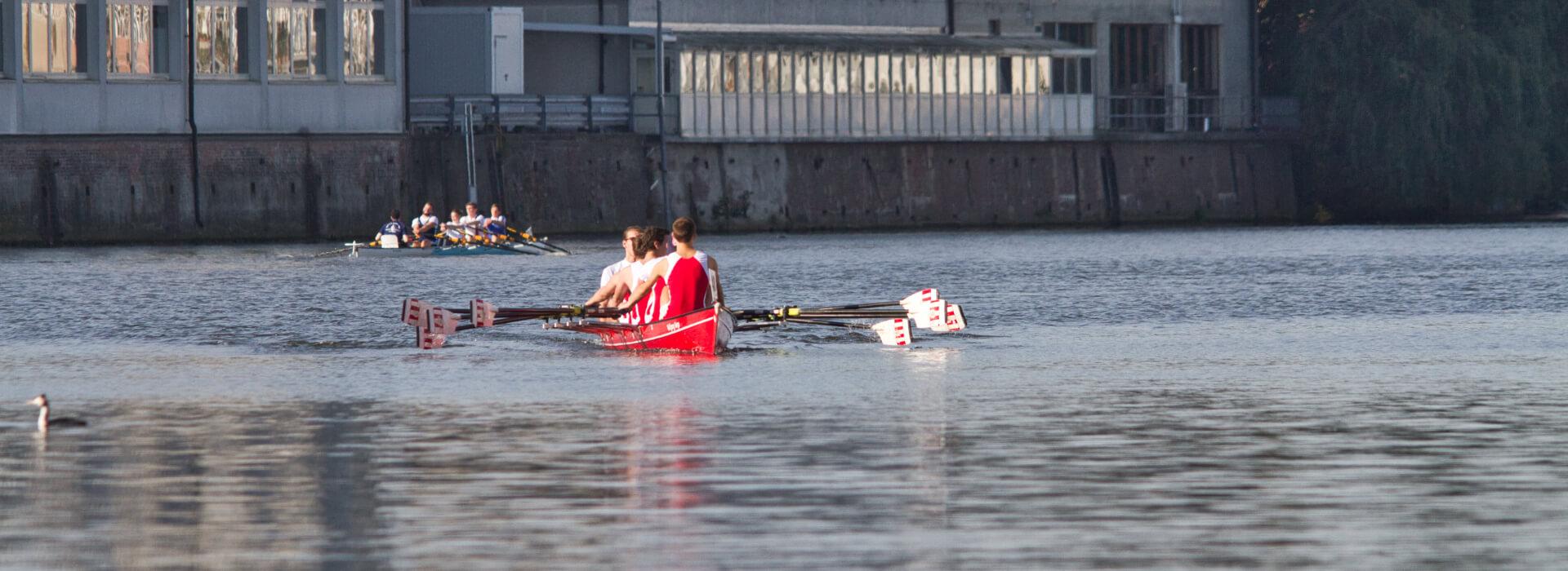2-Ruderboote-nebeneinander-auf-der-Bille-Matjesregatta